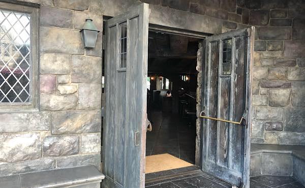 ホッグズ・ヘッド・パブの入り口