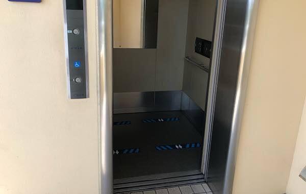 USJゲート前エレベーターのソーシャルディスタンス